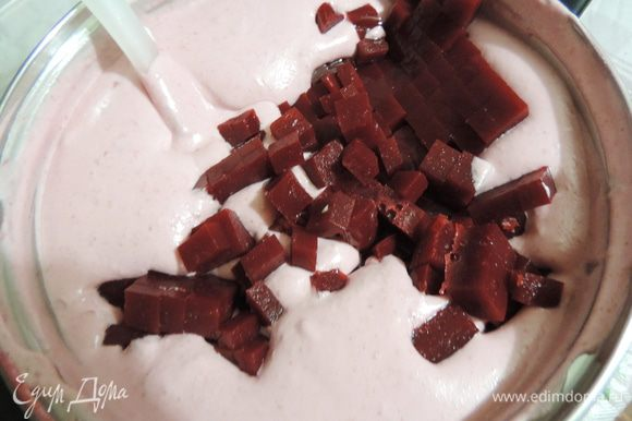 К полученной массе добавляем желе, порезанное кубиками. Аккуратно перемешиваем до однородности.