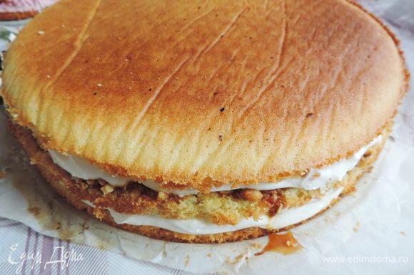 Даем бисквитам остыть. Нижний ярус далее готовим по рецепту http://www.edimdoma.ru/retsepty/74290-karamelno-arahisovyy-tort. Обратите внимание, что для этого торта верхний слой бисквита мы ни чем не смазываем!!!