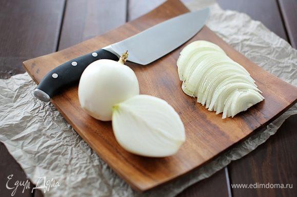 Далее займемся нарезанием лука. Вообще, мне кажется, что лук в маринаде играет чуть ли не основную роль после мяса, естественно. Он пропитывает мясо своим соком, делая его чрезвычайно нежным. Лук нарезаем тонкими полукольцами и добавляем к мясу. ЛАЙФХАЙК- если лука мало или хочется более сочный шашлык – тогда трем лук на терке. Лука понадобиться в 2 раза меньше!