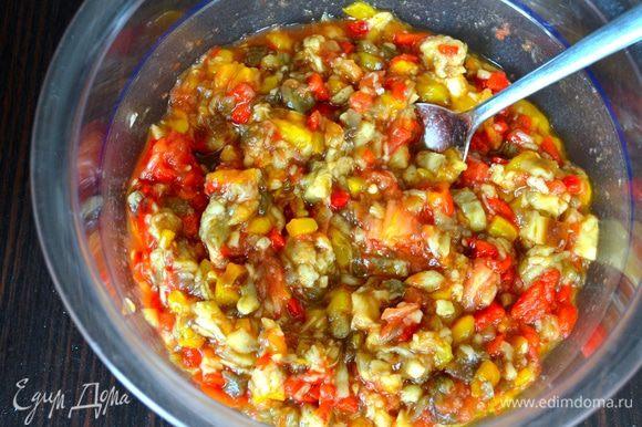 Нарезанные овощи сложить в салатник и перемешать.