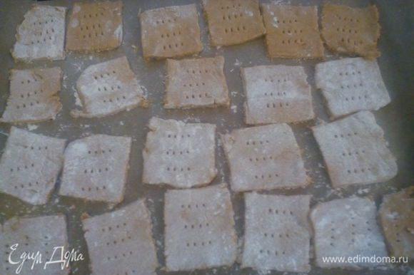 Выкладываем на пергамент и выпекаем 10-12 минут при температуре 200С до золотистого цвета.