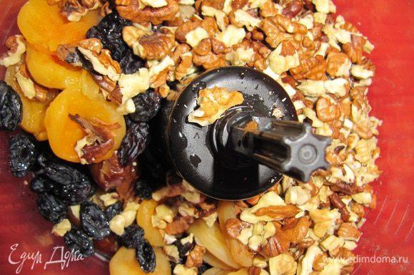 Замочите в горячей воде курагу, финики изюм до размягчения. В блендер положите грецкие орехи, курагу, финики и изюм. Измельчите до однородной массы.