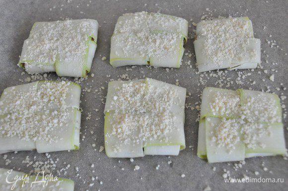 Подготовим панировку: смешать в тарелке муку и измельченный сыр. Чуть смазать конвертики раст. маслом, присыпать панировкой и запекать в разогретой духовке до золотистости минут 15-20.