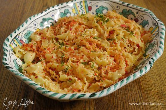 Переложить макароны в глубокое блюдо, сбрызнуть оливковым маслом Extra Virgin и посыпать оставшимся укропом.