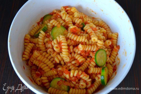 И перемешайте с готовым соусом! Подавать можно уже и в таком виде - просто, но вкусно!