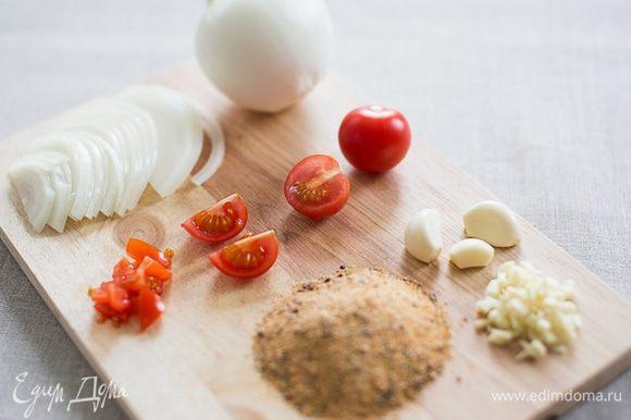 Мелко нарезаем помидоры и отправляем к мясу. Кстати, помидоры можно измельчить с помощью блендера или комбайна. Помидорный сок сделает мясо сочнее. Далее измельчаем чеснок, нарезаем полукольцами лук и добавляем все к мясу. Чесночно-луковый сок добавит курице приятный аромат и вкус, а также сделает мясо еще мягче.