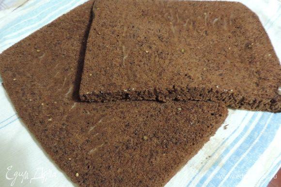 Из указанных для бисквита ингредиентов приготовим тесто по рецепту: http://www.edimdoma.ru/retsepty/64480-izumitelnyy-shokoladnyy-biskvit Выпекаем 1 бисквит в форме 30x40см или два в такой же форме, которую вы выбрали для песочного коржа. Остывший бисквит разрезаем пополам.