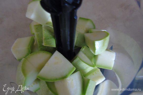 Кабачки помыть и нарезать кубиками, закинуть в чашу блендера.