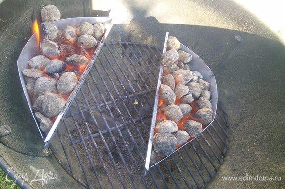Затем угли отодвигаются и мясо грилится под крышкой, достигается эффект духовки. Температура от 175 °до 220°. 20-30 мин для средней прожарки, температура мяса внутри 50 - 52°(понадобится термометр), у нас прожарка более долгая 30 - 40 мин, при температуре внутри мяса 62 - 65°. Это на любителя. Кто-то скажет, что мясо безнадёжно испорчено, но каждый решает сам.