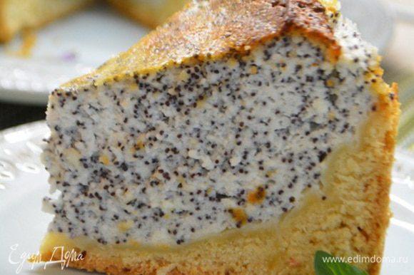 Переложить пирог на сервировочное блюдо и нарезать на порционные кусочки. Приятного аппетита!