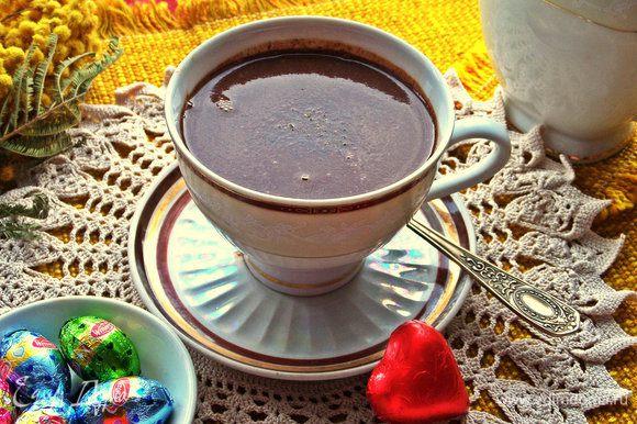 Наливаем сразу в любимую чашку. Посыпаем верх по желанию ещё щепоткой мускатного ореха или тёртым шоколадом.