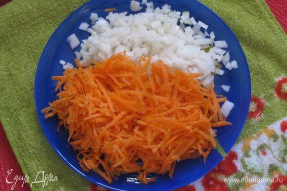Морковь очистить, натереть на крупной терке. Лук очистить, нарезать мелкими кубиками.