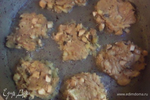 В сковороде разогреть растительное масло, ложкой выкладывать картофельно - кабачковую массу, и обжарить с двух сторон до золотистой корочки.