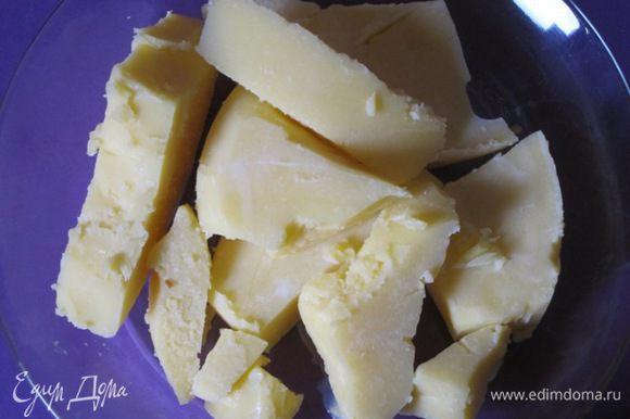 Затем остудила кастрюлю с маслом при комнатной температуре, потом поставила в морозильник. Когда верхний слой жира застыл, вынула кастрюлю, ножом проткнула масло в нескольких местах, слила сыворотку. Масло достала из кастрюли. Получилось топленое масло, которое можно использовать.