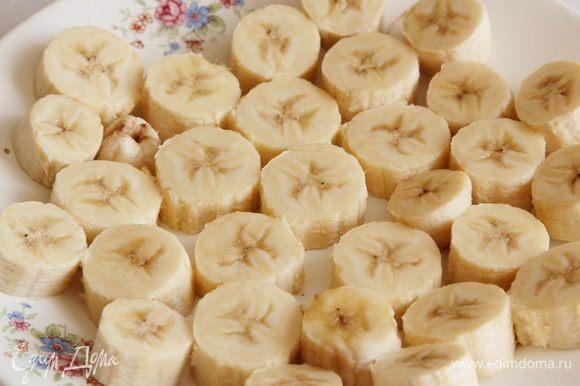 бананы нарезаем на кольца, толщиной около 1 см и отправляем на сутки в морозильную камеру.