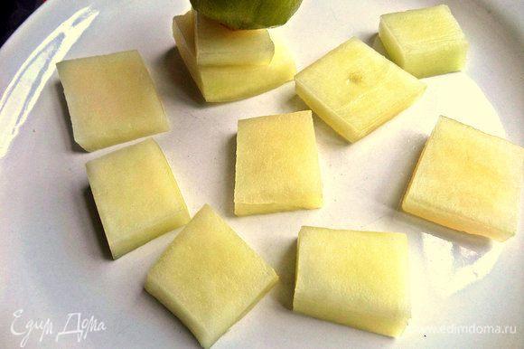 Из дыни вырезать квадратики и разложить на тарелке.