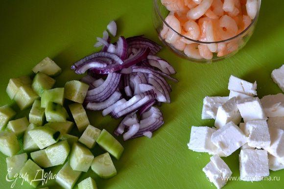 Пока обжаривается арбуз, приготовьте другие составляющие салата. Красную луковицу очистите и нарежьте помельче (если луковица маленькая, то очень красиво будут смотреться в салате целые луковые колечки), огурец очистите и нарежьте кубиками, также кубиками нарежьте сыр. Кстати, в этом салате можно смело использовать сыр моцарелла!