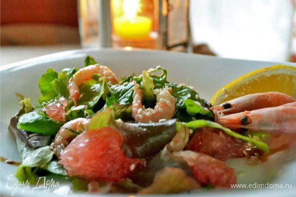 Сверху салат присыпаем кунжутным семенем. Можно подавать. Приятного аппетита.