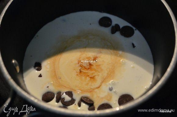 Приготовим глазурь. Растопить шоколадные капли, добавив жирные сливки, ванильный экстракт и соль. Перемешать и снять с огня. Остудить.