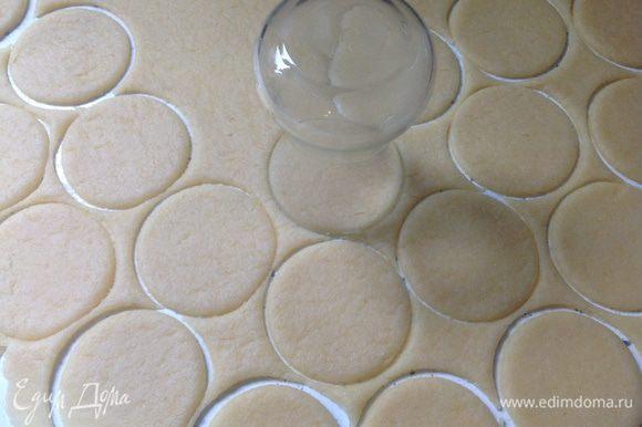 Разделить тесто на 2-3 части. Каждую при помощи скалки раскатать в пласт толщиной 3-4 мм. Вырезать кружки. Это удобно делать либо турецким стаканом для чая, либо перевернутой кофейной кружкой. **При раскатывании тесто может тянуться за скалкой, в этом случае тесто присыпать слегка мукой прям поверх раскатываемого пласта. Тесто может слегка прилипнуть к поверхности стола, но это ничего страшного - оно легко снимется после нарезки.