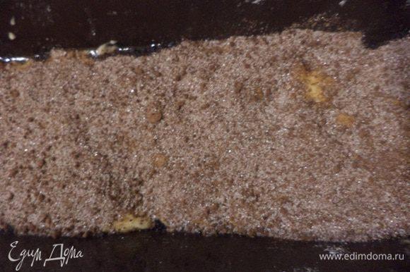 Прямоугольную форму для кекса смазать маслом, выложить в форму половину теста. Посыпать тесто смесью для прослойки.