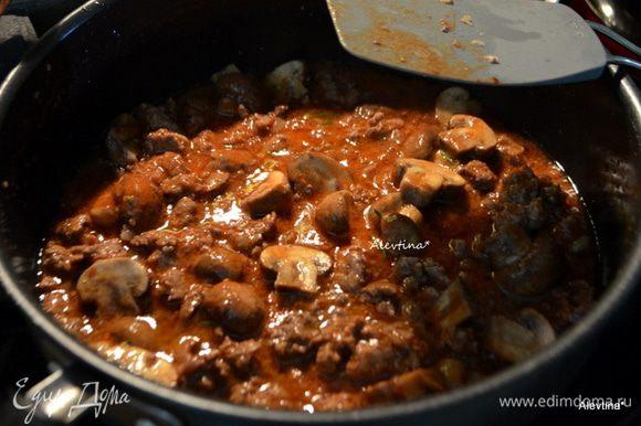 Добавить томатную пасту, свежий, мелко порезанный розмарин, красный перец. Перемешать, готовить 1 мин. Снять с огня и держать теплым.