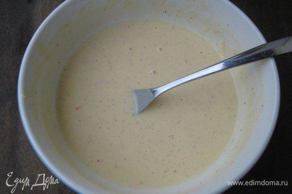 Козий сыр тщательно размять, смешать с яйцом, поперчить, добавить к кабачку. Всыпать муку, перемешать.