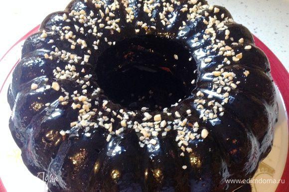Готовый кекс обмазать шоколадной глазурью с помощью кондитерской кисти. Посыпать колотым фундуком или любыми другими орехами. Если орехов не оказалось, то можно посыпать сверху сахарной пудрой, но сделать это только после того, как глазурь полностью затвердеет.