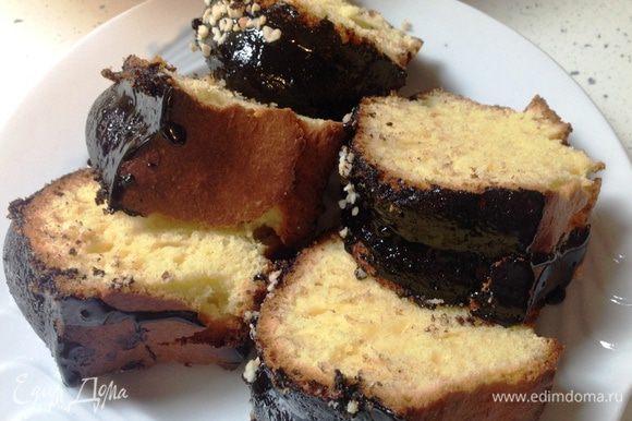 Нарезать кекс лучше после того, как он полностью остынет.