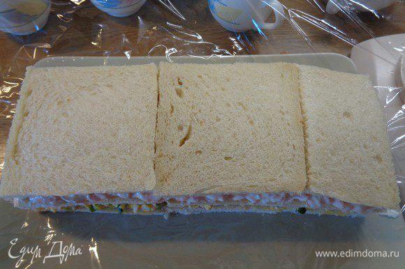 Накрыть вторым слоем сэндвичей.
