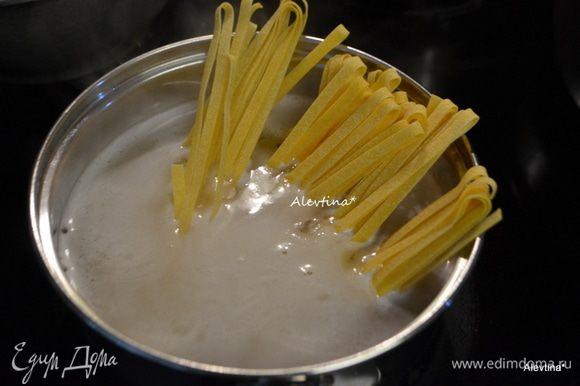 Отварить до готовности яичную лапшу или картофельное пюре приготовить.