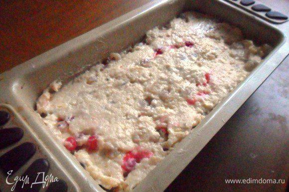 Форму для кексов смазать маслом и присыпать мукой. Выложить тесто. Разровнять. Поставить в разогретую духовку