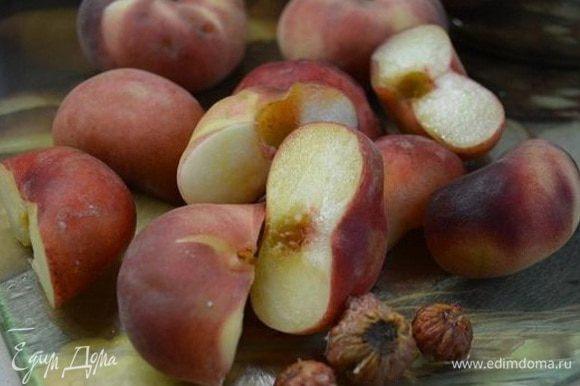 Персики помыть и обсушить. Разрезать на 2 части и удалить косточку.