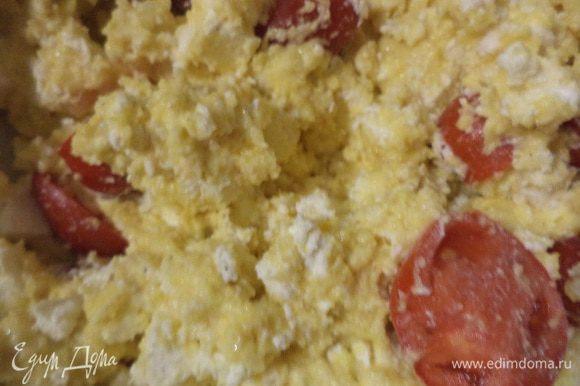 Фету покрошить, сулугуни натереть на средней тёрке. Мелкие помидорки вымыть и высушить. Половину помидорок отложить в сторону, ими мы будем украшать верх нашего пирога. Оставшуюся половину помидорок разрезать на половинки. Пучок зелени мелко нарезать. Добавить в тесто фету, сулугуни, половинки помидорок, зелень и аккуратно перемешать. В последнюю очередь добавить разрыхлитель, перемешать (масса увеличится в объёме ).