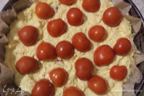 Форму застелить бумагой для выпечки, смазать маслом, выложить тесто, и разровнять. Сверху на тесто выложить оставшиеся помидорки, не разрезая их, слегка вдавить их в тесто.