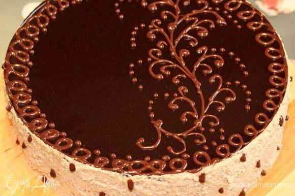 Шоколадный декор. Молочный шоколад растапливаем на водяной бане. Сливки подогреваем до хорошего теплого состояния, но не кипятим, а то они свернуться. Соединяем сливки и растопленный шоколад. Делаем корнет из пергамента и заполняем его шоколадом. Достаем торт из холодильника, обрабатываем бока оставшимся кремом и наносим шоколадный декор. Убираем в холод на пару часов.