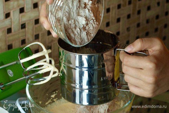 Просейте в желтковую массу муку и какао. Взбейте в крепкую пену белки, введите в тесто в три приема, аккуратно перемешивая. Застелите прямоугольный противень листом бумаги для выпечки, налейте на нее тесто. Выпекайте в разогретой до 220 С духовке 8-10 минут.
