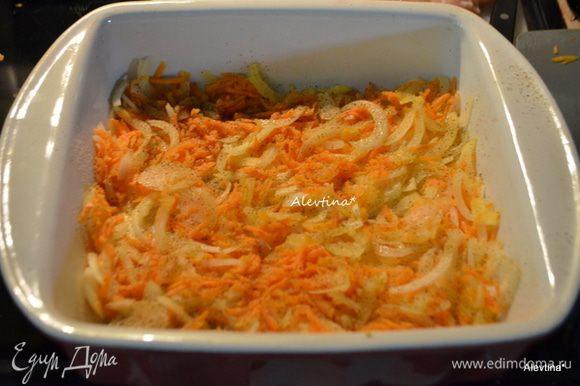 Выложить слой овощей моркови и лука в форму для запекания.