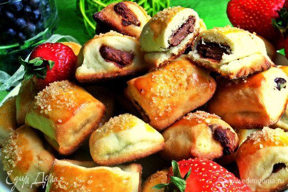 Печенье мягкое, нежное, шоколад дополняет вкусное тесто. Даже не знаю, какая начинка вкуснее, отнесла оба варианта на работу, но там обе понравились :)