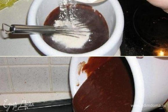 Теперь добавим муку и снова всё тщательно перемешаем. Полученную смесь нальём в форму для выпечки и поставим в духовку (заранее разогретую до 180 градусов).