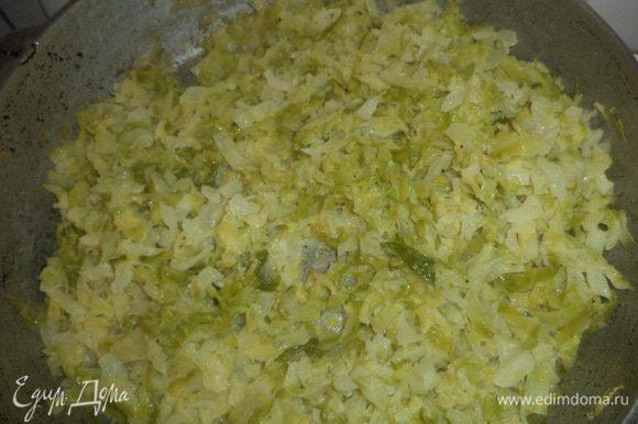 В сковороде растопить сливочное масло, выложить капусту и обжаривать, помешивая 5 минут. Влить к капусте воду, огонь убавить и протушить капусту до полного испарения жидкости. Капусту посолить и поперчить, дать остыть.