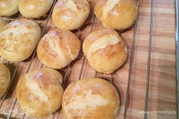 Выпекайте булочки 15-20 минут. Через 2 минуты после того, как булочки окажутся в духовке, прысните в нее два раза водой с интервалом в 30 секунд. Остудите булочки на решётке.