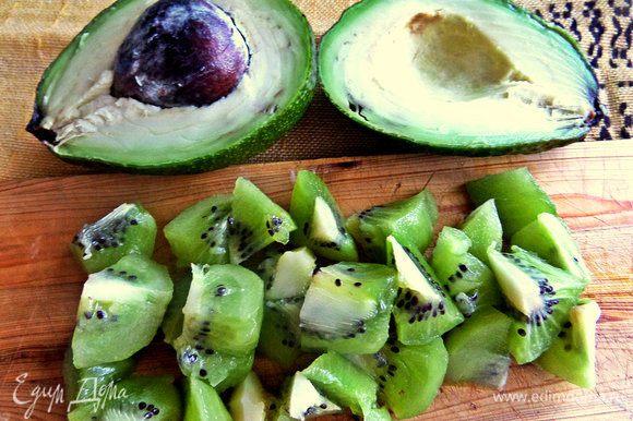 Киви и половинку авокадо делим на кусочки и складываем в чашу для взбивания.