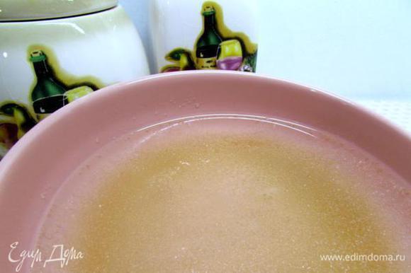 Желатин положить в миску, влить 1 стакан холодной кипячёной воды и оставить на 30 минут.
