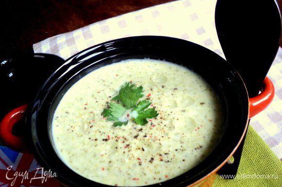 Перед подачей посыпать кусочками сыра с плесенью, добавить свежемолотый перец и несколько капель оливкового масла. Приятного аппетита!