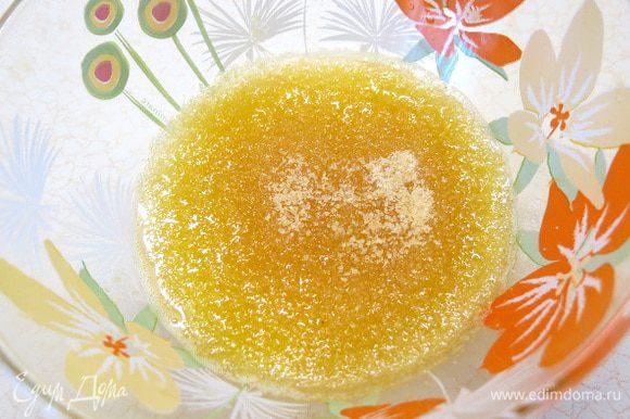 Разводим желатин в 100 мл слегка подогретого сока. Хорошенько перемешиваем до полного растворения.