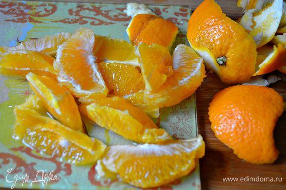 С апельсина срезать кожуру, мякоть нарезать дольками. Выделившийся сок собрать.