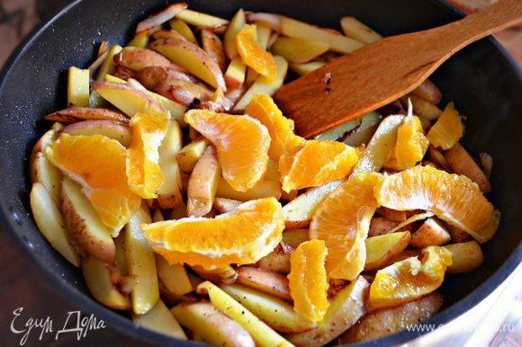 Переложить картофель с луком в сотейник, добавить дольки апельсина и сок, посолить по вкусу, приправить перцем и розмарином.