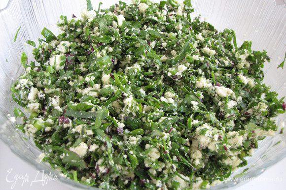 Соединить сыр с листьями и зеленым луком, добавить растопленное масло и перемешать, но пока не солить. Посолить и поперчить непосредственно перед закладыванием в тесто.