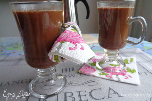 Аккуратно вливаем горячий шоколад.